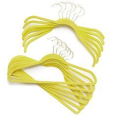 ¿Sin espacio en el armario? Intenta con las perchas Huggable Hangers, que son ultra-delgadas y te permiten obtener pulgadas extras en el arm...