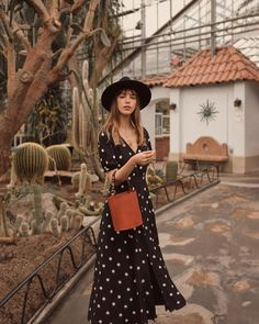 Twirling around the Botanical Garden with my new bucket bag. 🌵 One more addition to my collection! French Fashion, Look Fashion, Fashion Outfits, Simple Work Outfits, Rose Print Dress, Classy Casual, Look Vintage, Parisian Chic, Couture