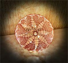 ❤️Husk at følge bloggen, da der er flere opskrifter på lyskugler på vej ❤️ Materialer: 8/4 bomuld i ønsket farve Hæklenål 2,5 eller 3,0 Trælim Rund ballon Plastikbøtte Lyskæde Forkortelser: lm – l…