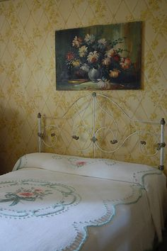 Granny chic vintage cottage bedroom / interior by hollie wood style, via Flickr