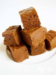 Homemade chocolate fudge makes for an easy homemade gift and a delicious dessert treat. This recipe is fast and the best! #recipe #fudge #desserts