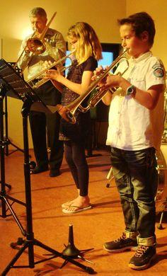 Samenspelen is leuk en Theo Hartman speelt als docent dan ook graag mee, hier op de trombone.