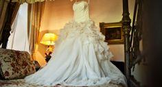 O modelo escolhido pela noiva foi um tomara que caia com saia bem volumosa by Vera Wang (marca que no Brasil pode ser encontrada na @WhiteHall Atelier).