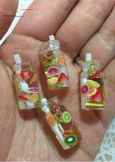 Mini Miniature fruit water mason jars with straws - fruit are nail art items - suspended in resin Polymer Clay Kawaii, Polymer Clay Charms, Miniature Crafts, Miniature Food, Miniature Dolls, Mason Jar With Straw, Mason Jars, Crea Fimo, Barbie Food