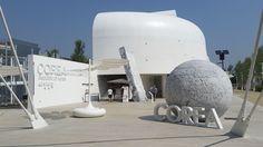 """Padiglione Corea del sud, progettato dallo studio coreano Archiban, Il padiglione è tra i più elegati, completamente bianco all'esterno è ispirato al """"vaso luna"""" il tradizionale vaso di ceramica coreano """