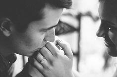 """Nós homens somos conhecidos por sermoso sexo forte, embora muitas vezes nós também caiamos por debilidade. Um dia, a minha irmã chorava em casa… Nesse momento, observei que o meu pai chegou perto dela e perguntou o motivo da tristeza dela. Escutei-os a conversar por horas, mas houve uma frase tão especial que o meu pai disse naquela tarde, que até ao dia de hoje ainda me recordo a cada manhã e que me enche de força. O meu pai acariciou o rosto dela e disse: """"Minha filha, apaixona-te por um…"""