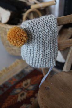 j u n k a h o l i q u e: easy to knit baby hat {Chunky yarn- 40 stitches x 17 rows. Add pom and ties} Baby Boy Knitting Patterns, Baby Hats Knitting, Knitting For Kids, Easy Knitting, Knitted Hats, Crochet Baby Bonnet, Easy Crochet Baby Hat, Chunky Babies, Mittens Pattern