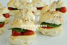 Sándwiches capresse Mozzarella, Guacamole, Sandwiches, Dessert Recipes, Desserts, Sushi, Breakfast, Ethnic Recipes, Food