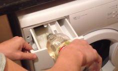 Tuto radu mám od mé známé, která je manželkou dlouholetého opraváře praček (momentálně je už v důcho Essential Oils Cleaning, Household Cleaning Tips, Deep Cleaning, Cleaning Hacks, Coca Cola, White Vinegar Cleaning, Clean Kitchen Cabinets, Vinegar Uses, Sent Bon