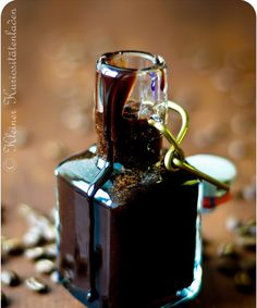 Schoko-Sirup, aber nicht irgendeiner … Homemade chocolate syrup from the small curio shop. Chocolate Syrup, Chocolate Coffee, Homemade Chocolate, Chocolate Desserts, Dessert Oreo, Liqueur, Kakao, Food Gifts, Cakes And More