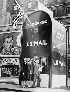 1961 Actresses Millette Alexander and Louise King, and nightclub entertainer Ted Lewis, stand outside a giant mailbox stamp selling booth in Times Square, New York City, while Assistant Postmaster Aquiline F. Weierich dispenses stamps from inside booth Post Bus, A New York Minute, Fun Mail, Image Of The Day, Vintage New York, Vintage Photography, White Photography, Historical Photos, Vintage Images