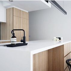 White waterfall island / black matte fixtures / light wood g Interior Design Kitchen, Kitchen Decor, Black Kitchen Island, Waterfall Island, Scandinavian Kitchen, Layout, Beautiful Kitchens, Home Kitchens, Light Fixtures