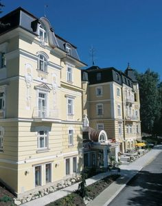 Hotel San Remo***+ is a very cozy hotel with high accommodation standard, set in a quiet environment not far from the spa park and the town center. The hotel has its own balneology facilities, indoor car park and parkland that was reconstructed and finished in 2002.