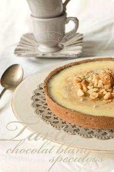 """Tarte au chocolat blanc et pâte de spéculoos - """"Une tarte tout en délicatesse, une base de pâte sablée cacaotée, une ganache moelleuse de chocolat blanc, un tourbillon de pâte de spéculoos, des noix de macadamia caramélisées concassées…"""""""