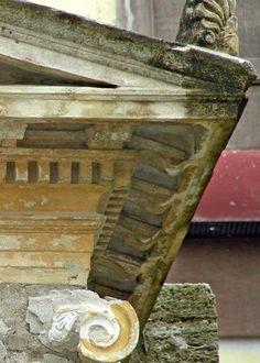 """File:MensolaRodia2.jpg - DecArch Cornice con mensole di epoca ellenistica, con la tipica """"mensola rodia""""."""