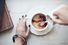 Momento mágico do dia é: Ver o café quentinho se misturando com o leite <3