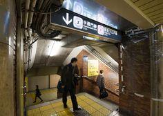 複雑な通路乗り換えや反対側のホームに行く時に通る連絡通路。路線が増え、駅が拡張されるのに伴い、複雑さを増していく。青山一丁目駅のそれは迷路のよう