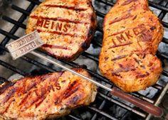 Voll cool, so ein Grilldbrandeisen gehört definitiv in die TOP 3 Geschenke für Männer. Man steckt Buchstaben nach Wunsch drauf und kann sein Fleisch mit eigenem Namen versehen :)