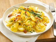 Kartoffelsalat mit Speck Rezept | LECKER Bacon, Potato Recipes, Risotto, Potato Salad, Macaroni And Cheese, Ethnic Recipes, Food, German, Dressing
