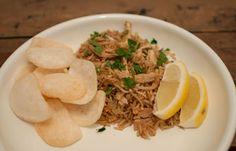 Nasi goreng met kip en taugé; een lekker gerecht gemaakt van restjes. Makkelijk om te maken en supersnel klaar. Lekker met kroepoek en saté.