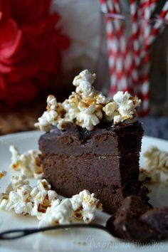 Ideahan oli alunperin lähteä toteuttamaan lapsen 2v. kakkua Wellberries -blogin ohjeella. Teemaksi oli valikoitunut sirkus ja olin päättänyt tehdä kakun, jonka päällä on popcorneja. Kuin tilauksest…