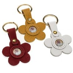 Pope Francis key ring in leather flower shaped Leather Art, Leather Gifts, Leather Bags Handmade, Leather Keychain, Leather Earrings, Leather Jewelry, Pottery Handbuilding, Diy Accessoires, Leather Flowers