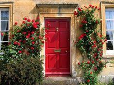 Portoncino e fiori rossi, ed è subito casa