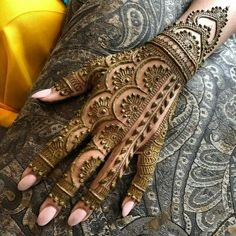 Legs are a very beautiful canvas for showcasing Mehndi. It is a tradition for the Indian bride to apply mehndi both on the hands and the legs. Indian Henna Designs, Modern Henna Designs, Back Hand Mehndi Designs, Latest Bridal Mehndi Designs, Stylish Mehndi Designs, Mehndi Designs For Beginners, Wedding Mehndi Designs, Beautiful Henna Designs, Dulhan Mehndi Designs
