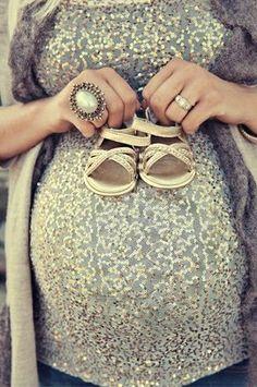 Photo de grossesse + chaussons bébé
