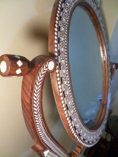 Imagem de http://mlb-s2-p.mlstatic.com/espelho-toucador-articulado-indiano-marchetaria-maravilhoso-22845-MLB20236501817_012015-F.jpg.