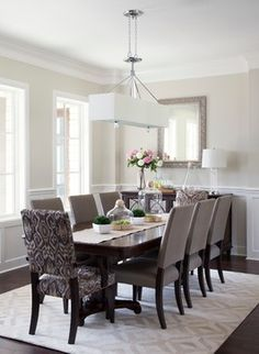 #Salleamanger de style #traditionnel avec #suspendu/ #Traditional #diningroom with #pendant.