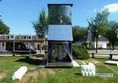 La plus grosse imprimante 3D du monde pour construire une maison sur les rives du canal d'Amsterdam. Le KamerMaker est fabriquée à partir d'un conteneur de transport maritime, elle a été conçue il y a quelques années par Utilimaker et Architectburo DUS afin de repousser les limites de la fabrication additive en permettant l'impression d'objets de très grande taille, qu'il s'agisse de meubles ou de petites éoliennes. http://www.dusarchitects.dds.nl/projects.php?categorieid=urbanstrategies