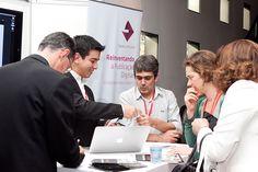 José Eugênio Grillo, Consultor DAM, e Luiz Silveira, Diretor de Marketing, apresentam a EPYX a visitantes do estande da empresa durante o Fórum Aner 2013. Foto: Patricia Bruni.