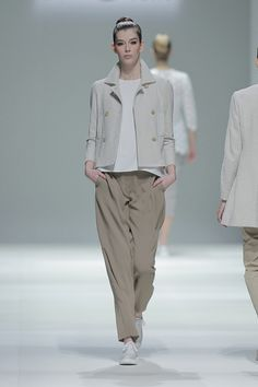 Tot-hom_SS15_45 #tothom #pretaporter #elegancia #modamujer #moda #fashion #desfile #ss15 #Barcelona #Madrid #tendencia #model #modelo #minimal #lineasrectas #abrigosanchos #pantalon #vestido #oversize #troquelada #colorpastel #colorvivo