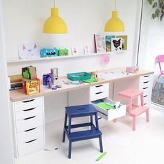 Inspiração: Cantinho da criação para a criançada estudar e inventar muitoooo. Foto: @saarkeloves http://www.mamaeachei.com.br #muitoamor #mamaeachei #decor