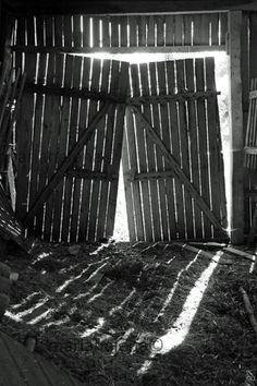 Barn doors - black and white photograph - black and white photograph barn doors Ella Home, Porch Stairs, Old Barn Doors, Door Prizes, Great Memories, Childhood Memories, Shadow Art, Old Barns, Country Farm
