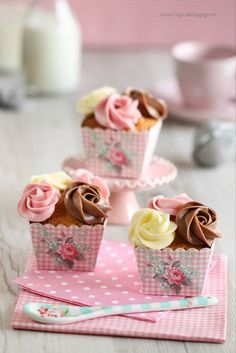 I think these square cupcakes with their pretty little paper cups are so adorable! I thought you might like them too, sweet Charlene! Oh, and they are especially yummy! Enjoy, my friend! Cupcakes Bonitos, Cupcakes Lindos, Cupcakes Decorados, Pretty Cupcakes, Beautiful Cupcakes, Sweet Cupcakes, Cupcake Heaven, Small Cake, Cupcake Cookies