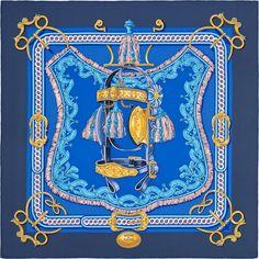 Carré 90 Hermès   Bride de Cour   Françoise de la Perriere °°°°°°°°°°°° Les anciennes écuries du château de Nyphenbourg, à Munich, abritent l'un des plus beaux ensembles de voitures anciennes ; collection couvrant une période allant du XVIIème à la fin du XIXème siècles. Des voitures d'enfants aux voitures impériales, des berlines d'apparat aux luges ou aux traineaux richement ornés, en passant par les somptueux harnachements des chevaux, les pièces exposées rivalisent de beauté. Parmi…