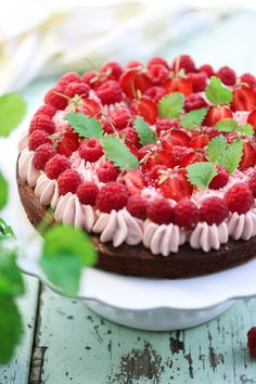 Kladdkaka med hallonmarängsmörkräm Grandma Cookies, Single Layer Cakes, Cookie Box, Chocolate Cake, Cheesecake, Raspberry, Food And Drink, Yummy Food, Sweets
