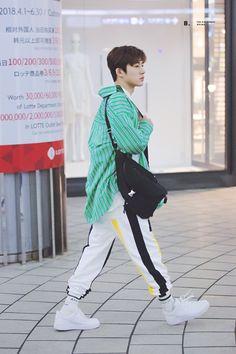he looks so boyfriend material here Yg Ikon, Kim Hanbin Ikon, Ikon Kpop, Ikon Leader, Men Dress Up, Ikon Debut, Korean Fashion Men, Airport Style, Airport Fashion