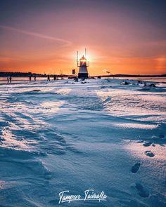 Siilinkari on pieni luoto Näsijärvellä Tampereella Särkänniemen kaupunginosassa. Luodolla on vuonna 1906 rakennettu pieni, noin 6,5 metriä korkea apuloistotorni turvaamassa sisävesiliikennettä. Kevättalvisin Siilinkarilla on tavattu järjestää koko perheen ulkoilutapahtumia. Myös Hiking Travel, Hitin ylläpitämä retkiluistelurata poikkeaa majakkasaarella. Siilinkarin majakka on yksi Tampereen tunnetuimmista maamerkeistä. Examples Of Art, Art Nouveau Architecture, Finland, Attraction, Waves, City, Outdoor, Outdoors, Cities