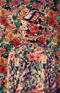 Camouflage Self-Portraits-9« Somewear » est une série d'auto-portraits réalisée par la photographe Lucia Fainzilber. Une série de portraits où l'artiste se photographie habillée de tenues concordant avec les motifs et les couleurs du fond, un peu à la manière de Romina Ressia.
