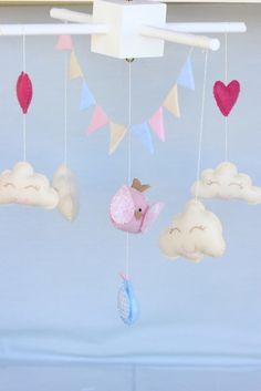 móbile de berço, confeccionado em feltro e aste em MDF. Todo feito a mão com tema de nuvens ,passarinhos corações e uma graciosa bandeirola pra compor esse cenário lindo e delicado!