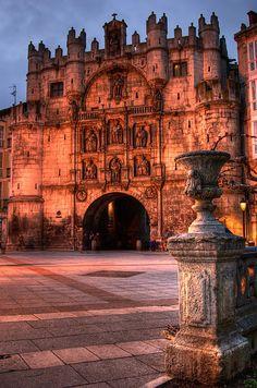 Era la puerta más señorial de todas las que daban acceso a la ciudad de Burgos. En el siglo XVI fue remodelada por Juan de Vallejo y Francisco de Colonia. Su aspecto es el de un castillo con 2 grandes torres. Preside el arco del triunfo, construído en honor del emperador Carlos V, la imagen de Santa María la Mayor. Leer más: http://www.xn--espaaescultura-tnb.es/es/monumentos/burgos/arco_de_santa_maria.html