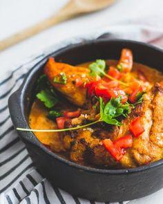 Een simpel stoofpotje met kip en paprika in een lekker sausje. Een cookamealtje om je vingers bij af te likken! Healthy Slow Cooker, Healthy Crockpot Recipes, Cooking Recipes, I Love Food, Good Food, Weird Food, Happy Foods, Everyday Food, Tapas
