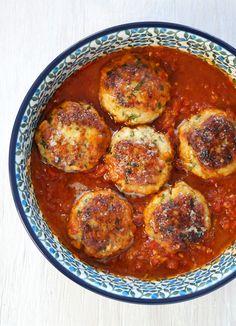 Ein tolles Fischrezept mit Tomatensoße. Kräuter und Gewürze aus dem vorderen Orient geben den Fischfrikadellen eine ganz spezielle, sommerliche Note.