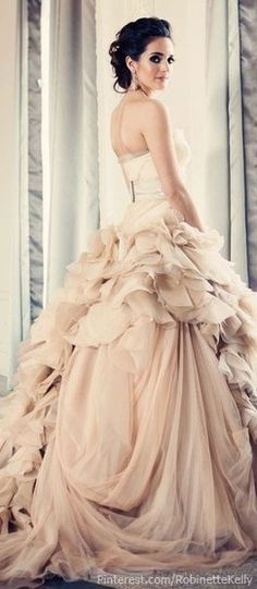 Vera Wang Blush Wedding Dress | Wedding Wednesday: Gowns Galore!