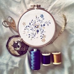 A peine fini que l'on recommence! Avec en fond le soleil et les musiques de Chet Faker  A new drawing for an another embroidery ! Work in progress ✂  Have a nice sunny day ☀  #passion #embroidery #embroideryhoop #flowers #broderie #art #cat #fleurs #maisoncousu