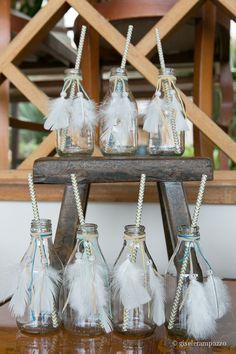 garrafinhas de vidro com penas ficaram um charme para a festa boho do Nicholas. Foto: Gisele Rampazzo