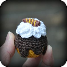 Petit Four: Mini Chocolate Cream Puff - Crochet Crochet Cake, Crochet Food, Easter Crochet, Crochet Patterns Amigurumi, Crochet For Kids, Free Crochet, Knitting Patterns, Chocolate Pastry, Chocolate Cups
